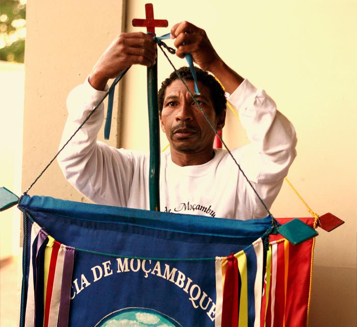 Mestre Paizinho prepara a bandeira para mais uma apresentação de Moçambique. (Foto: Angelo Rubim/Almanaque Urupês)