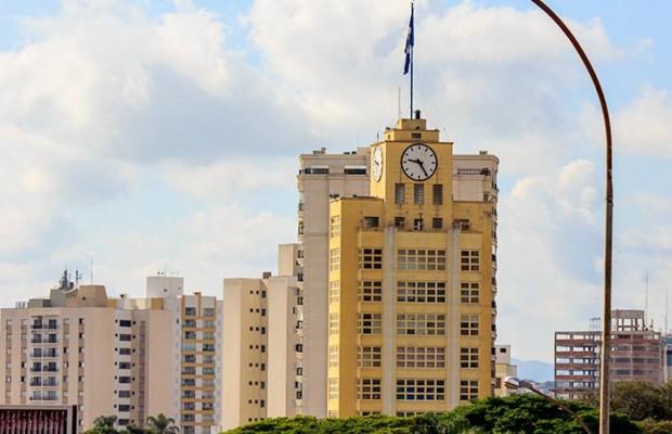 Edifício Felix Guisard, o famoso prédio da CTI, se esconde atrás de um prédio residencial. (Angelo Rubim/Almanaque Urupês)