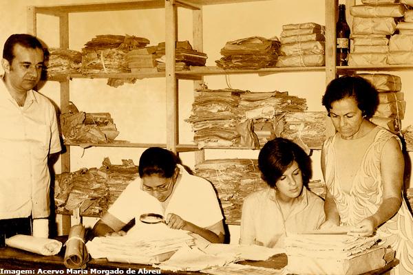 Na foto, Ana Lúcia di Lourenzo e Lia Carolina Prado Alves. higienizam os documentos taubateanos. (Acervo Maria Morgado de Abreu)