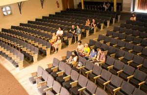 Público presente em uma das apresentações do Encut Teatro em 2013.  Do público, quatro pessoas formavam o corpo de avaliadores e duas são da equipe do Almanaque Urupês.