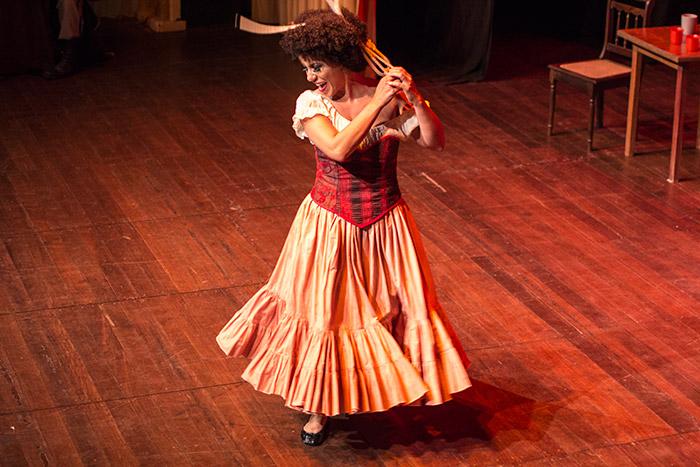 Mere Oliveira no papel de Carmen