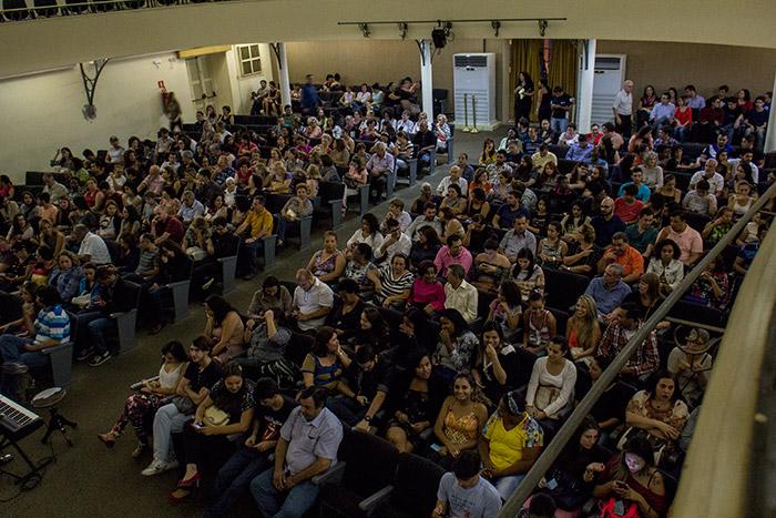 Público se acomodando antes do início do espetáculo.