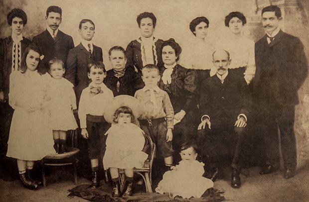Anna Castilho e sua família no natal de 1904. Livro: Os Oliveira Costa de Taubaté de Carmo Chagas