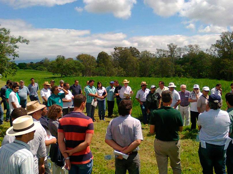 Proprietários rurais em curso de sobressemeadura de pastagens e conservação de solos no Vale do Paraíba realizado na APTA de Pindamonhangaba. Foto: : Gerson de Freitas Junior, 2013